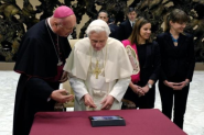First tweeting pope keeps social media silence over his resignation | FaithWorld