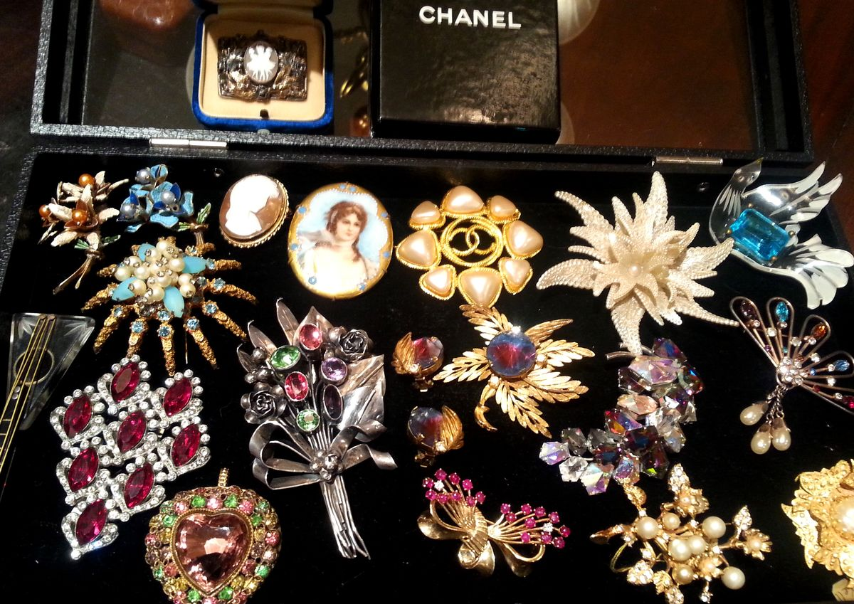 Headline for Top 5 Books on Collecting Vintage Brooches