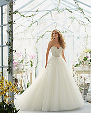 Get Masterpieces from best wedding dress designers in UK