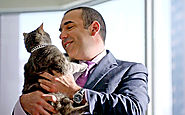 Rick Hoffman is allergic to cats even though his character Louis Litt adores them.