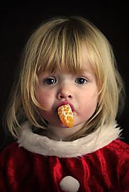 Girl eating orange - Pixabay